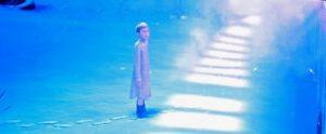 Ensam pojke på perrongen