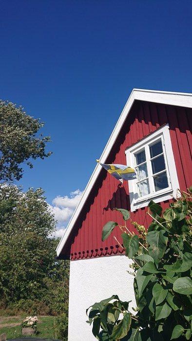 Rött hus med svenska flagga