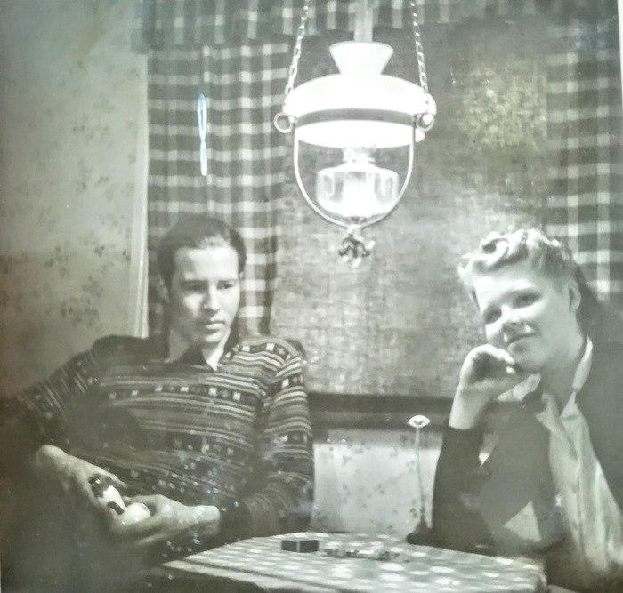 Mamma och pappa i lampans sken