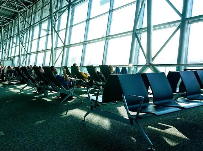 Väntande passagerare på flygplatsen
