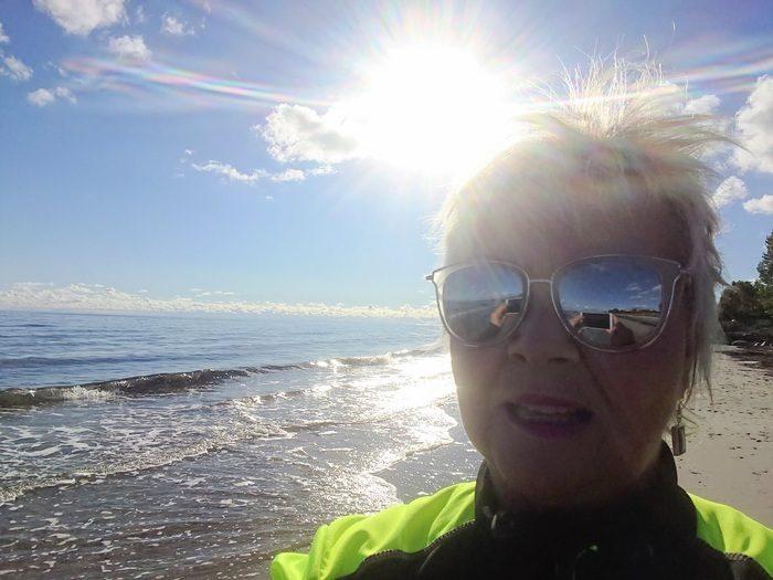 Annicka i solsken på stranden