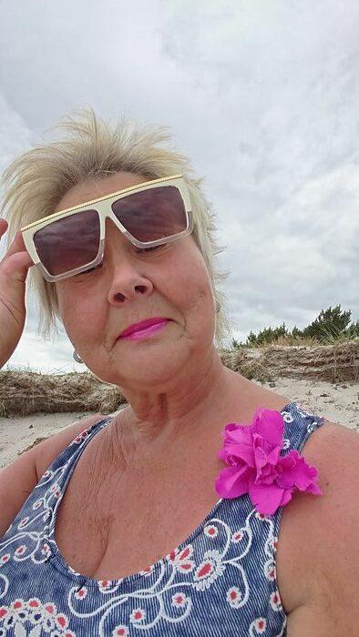 Annicka tittar under solglasögon