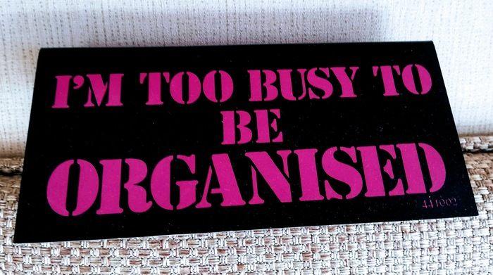 En skylt med Too busy to be organised